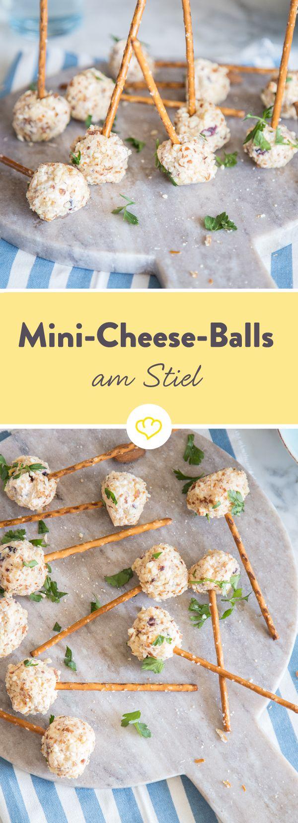 Für diese Mini-Cheese-Balls brauchst du nur Frischkäse, Cheddar, getrocknete Cranberries und Kirschen, zerkleinerte Nüsse und Salzstangen.