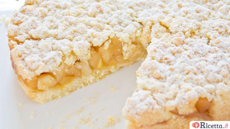 La sbriciolata alle mele è una versione speciale della torta di mele. E' facile e veloce da preparare ed è simile ad una crostata con una farcitura di mele cotte unite ad un pizzico di cannella. Per scoprire tutti i segreti di questa golosa sbriciolata non perdetevi la nostra videoricetta.