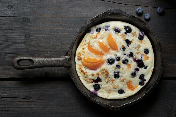 Süßes Frühstück: Omelette mit Blaubeeren, Aprikosen und Walnüsse für einen eiweißreichen Start in den Tag.