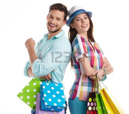 pareja de compras: Pareja cogidos de jóvenes atractivas bolsas de compras en el fondo blanco