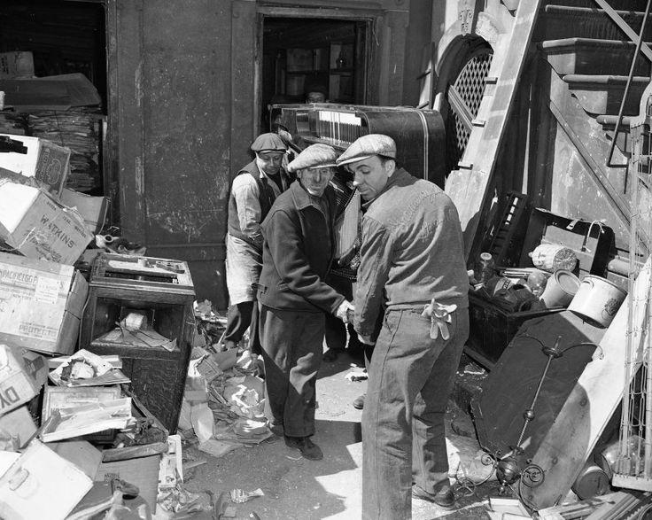 Müllspeicher:  Allein 14 Klaviere und Flügel trugen Arbeiter aus dem Haus,...