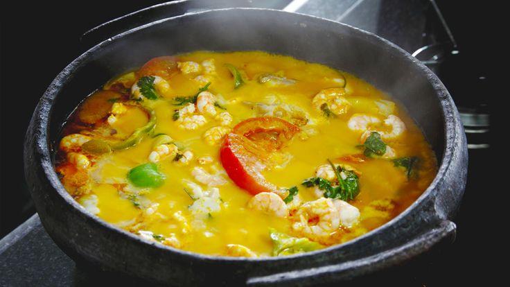 いつもとはちょっと違ったシチューをつくりたい、というときにオススメしたいのがこの料理。旬の魚介類を好きなようにアレンジしてココナッツミルクと一緒に煮込んでつくるブラジルの定番スープです。ブラジル東部バイーア州の郷土料理とされる「ムケッカ」は、いわば海鮮シチュー。なんでも300年くらい前から作られているそうで、アフリカ料理の影響も受けているんだとか。各家庭ごとに、具材や味付けが微妙に違うらしく...