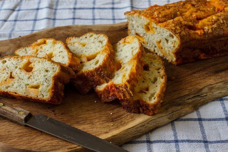 Συνταγή για εύκολο και γρήγορο ψωμί με τσένταρ, χωρίς μίξερ! Αφράτο και αρωματικό, τέλειο για όλες τις ώρες σαν σνακ!