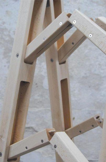 Escalera plegable de esquina es una escalera plegable mínima diseñada por la empresa & Company.