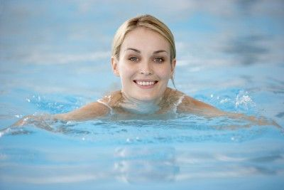 Swimming? For many it is a favorite summer pastime. In winter, the alternative may be a pool. Slim without sports? It is possible.