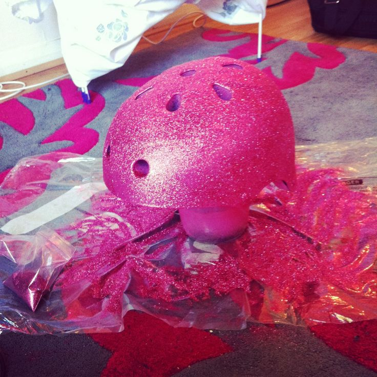 how to pimp your old old roller derby helmet into your team colours or just some awesome design or glitter! DIY #tutorial #rollerderby