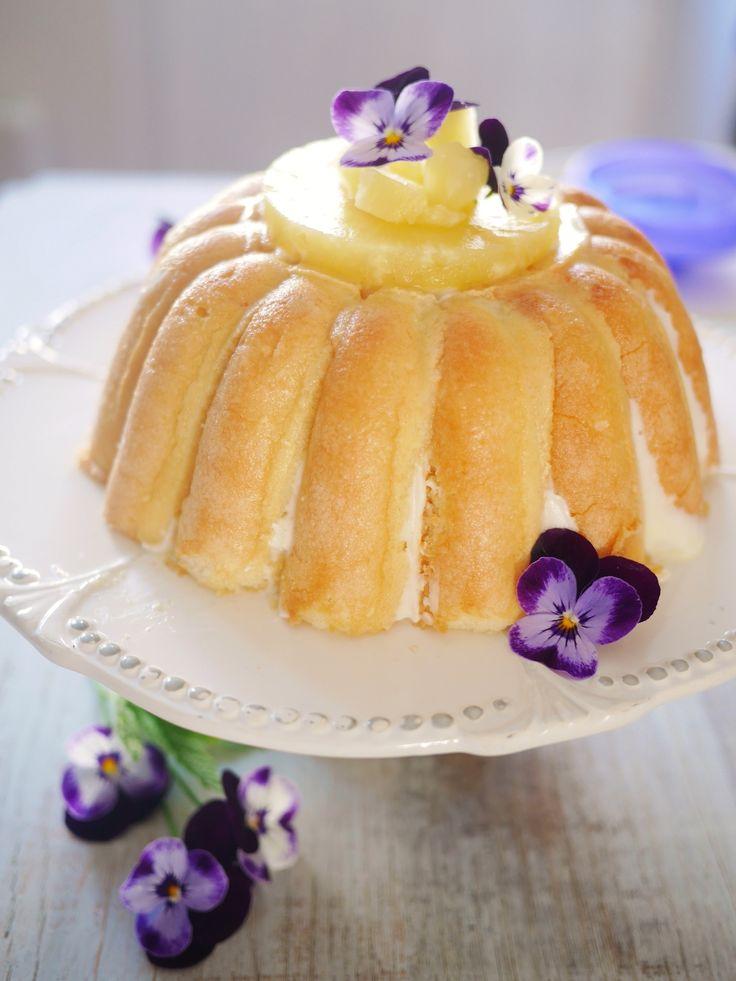 Charlotte à l'ananas et le moule *Tupperware* qui va bien 300 g de fromage blanc 60 g de sucre Ananas au sirop 30 biscuits cuillères