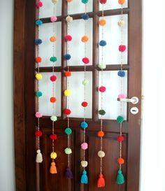 Cortina crochet Mil pompones multicolor, $450 en https://ofeliafeliz.com.ar