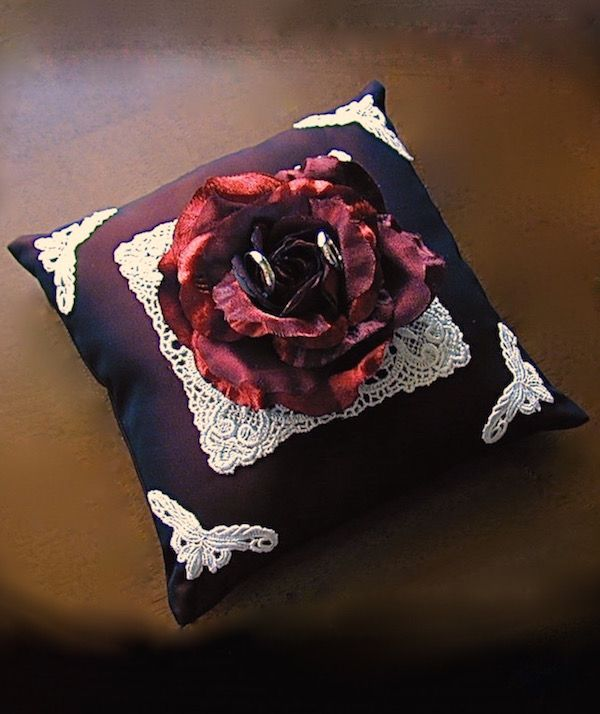 ateliersarah's ring pillow/decorated white lace and Bordeaux rose