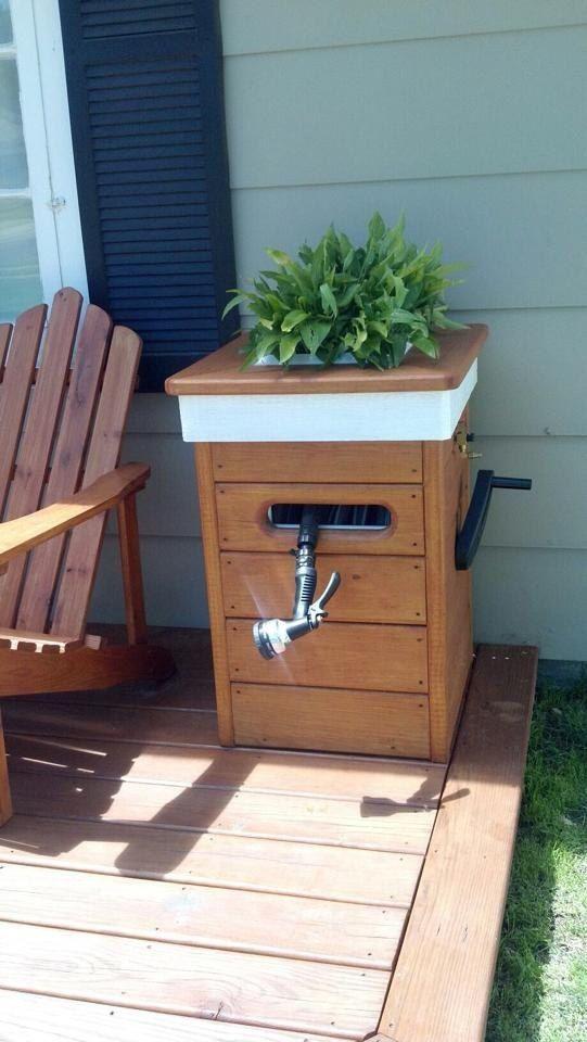 Kundenspezifische Pflanzgefäße mit eingebauter Gartenschlauchrolle. Wahl der