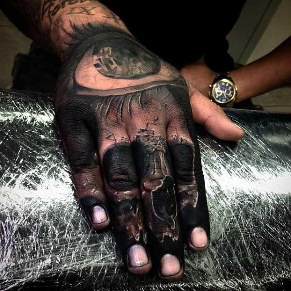 .  . Tätowierungen auf den Hand-Rücken oder -Innenflächen sind zwar seit einiger Zeit sehr gefragt, allerdings absolut nichts für Tattoo-Einsteiger.Die veränderte Haut und die geringe Fläche auf den Händen sind in vielen Fällen Kriterien, die ein Hand-Tattoo zu einem relativ komplizierten …