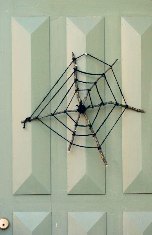 Det börjar närma sig Halloween, och vi börjar pynta lite smått. Våra dörrar har sett så tomma ut den senaste tiden, så när jag såg den här bilden på ett enkelt spindelnät tog jag snabbt och fixade …