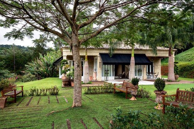Jardins da casa de campo Atibaia foram criados por Alex Hanazaki. Na foto, praça do Flamboyant.  Fotografia: Ricardo Labougle.