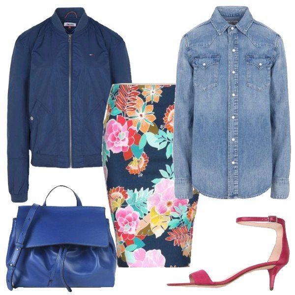 Outfit composto da bomber blu, gonna longuette con maxi-fiori, camicia di jeans, sandali fucsia con tacco a gattino e cinturino alla caviglia e borsa in morbida pelle blu.