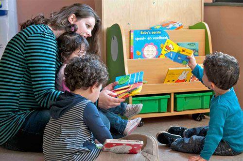 Als ouder kun je ook vragen wat het kinderdagverblijf of peuterspeelzaal doet aan voorlezen. Kunnen de kinderen zelf boeken pakken en maken ze iedere dag tijd vrij om voor te lezen