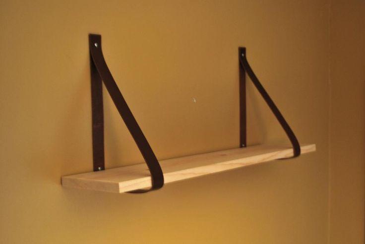 Wij vinden een paar plankjes aan de muur echt ideaal voor wat extra opslagruimte. En je kunt die planken natuurlijk op talloze manieren ophangen.Loop de eerste de beste doe-het-zelf-zaak maar binnen en je vindt een wand vol plankdragers. Maar waarom zouden we dit niet zelf maken? Met deze leren dragers geef je een stoere touchaan je houten planken!  BENODIGDHEDEN • Twee houten planken • Vier leren riemen • Acht schroeven (vier lange en vier korte) • Stanleymes • Liniaal • Boor  STAP 1…