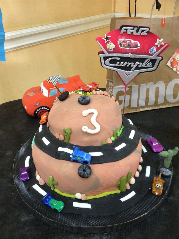 Disney Cars Birthday Cake My friend Laura Adamo made this awesome cake for my son's birthday party...a dream come true for me! Hahaha (toy cars courtesy of my son's Surprise Egg collection).  Mi amiga Laura hizo este pastel para el cumpleaños número 3 de mi hijo. Absolutamente soñado para mi! Los autitos son de mi hijo de su colección de Huevitos Sorpresa.