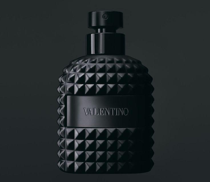 Un an après son lancement, le parfum Valentino Uomo s'habille d'un costume sombre pour son Edition Noire, symbole de chic absolu.