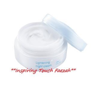 Wardah Lightening Night Cream Step 1 Lightening Night Cream Step 1 EngVer Lightening Night Cream moisturizers that nourish the skin while helping to brighten skin in 3 steps Cell regeneration Glycolic Acid AHA to help speed up the release of dead skin cells Treat  moisturize seaweed extract content helps absorb excess oil on the skin which dampen Allantoin and Vitamin E  C as an antioxidant Brighten from within Licorice Extract Vitamin B3 and the active white complex that contains seven…
