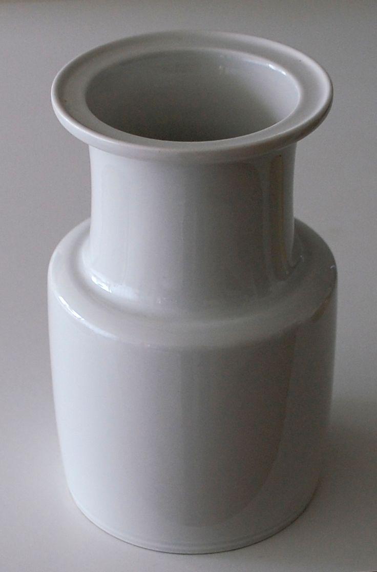 Lisbeth Munch Petersen, vase in porcelain, for Bing & Gröndahl Denmark. H: 18. W: 11 cm.