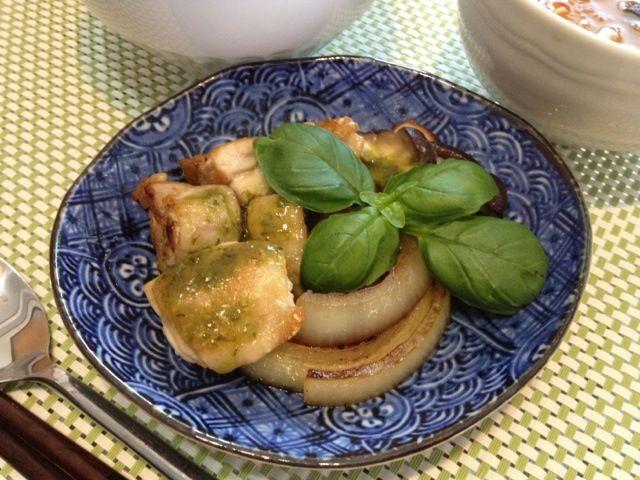 鶏肉にバジルソースをかけて。 バジルが次々にはえているので 添えてみました♪ - 2件のもぐもぐ - 鶏肉と自家製バジル by F.kinuyo