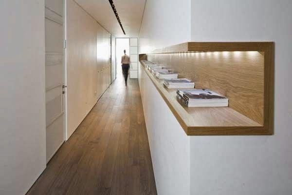 Aggiungere una mensola lungo il corridoio per ottenere ulteriore spazio utilizzabile.