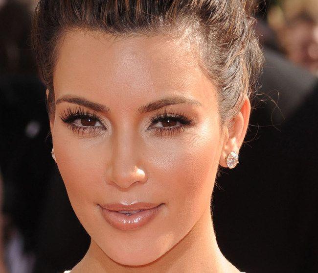 Kim Kardashian divando   Como aplicar cílios postiços em 5 minutos