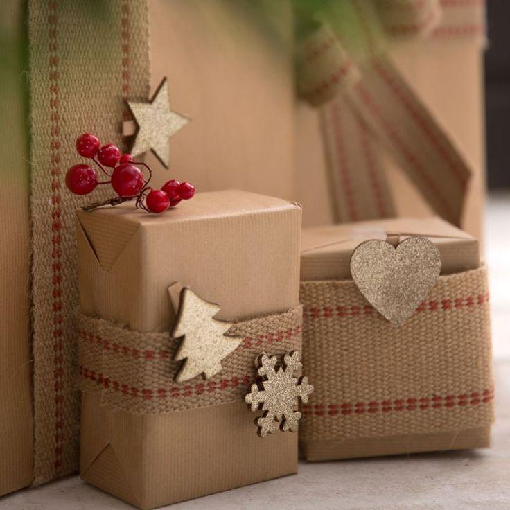 Lejos  de  las  estridencias,  apuesta por  una  Navidad  auténtica  y sosegada  con  la  tendencia  más natural, y envuelve los regalos de forma sencilla con un toque rústica.