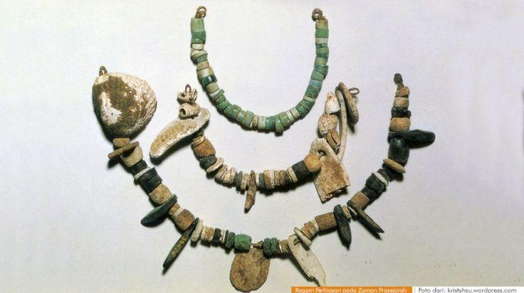 Ragam Perhiasan pada Zaman Prasejarah |  Pada masa bercocok tanam ternyata manusia sudah mengenal perhiasan seperti gelang dari batu dan kulit kerang. Perhiasan prasejarah seperti ini ditemukan di Jawa Barat, Jawa Tengah dan daerah lainnya. Berdasarkan hasil penemuan, kita dapat mengetahui bagaimana bentuk bahkan bisa sampai mendeskripsikan cara pembuatan perhiasan zaman prasejarah tersebut. [wacananusantara.org]