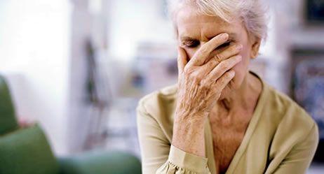 Seniorin mit Schwindelgefühl durch Unterzucker-- Die Symptome eines Schlaganfalls erkennen Bei einem Hirnschlag zählt jede Minute. Welche Anzeichen auf einen Schlaganfall hinweisen können und was dann zu tun is