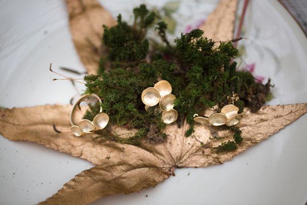 Haarketten treffen auf zarte Spitzenkleider und Waldromantik | Friedatheres.com  Foto: Tausendschön Photographie