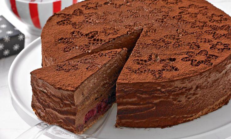 Weihnachtliche Schokoladenmousse-Torte Rezept: Nussige, mehlfreie Böden mit einer lockeren Schokoladenmousse und Kirschfüllung - Eins von 7.000 leckeren, gelingsicheren Rezepten von Dr. Oetker!