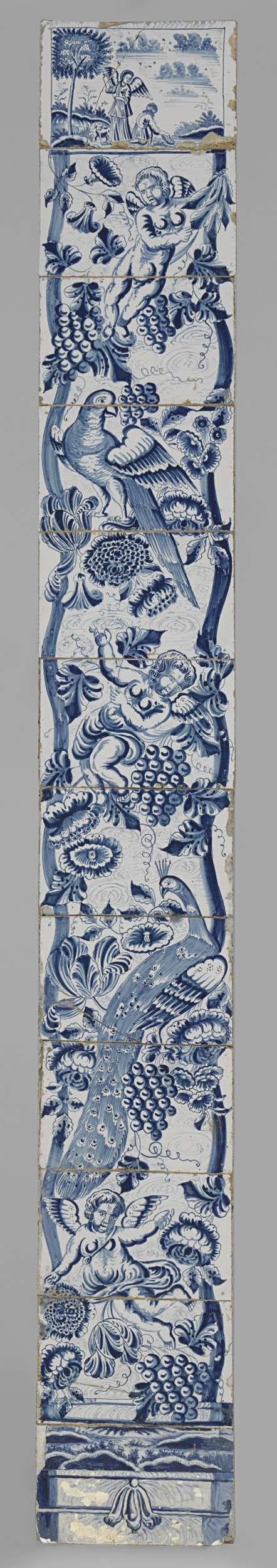 Tegeltableau met in blauw geschilderde getorste zuil waaromheen geslingerd bloemen, druiventrossen, een pauw, een papegaai en drie putti, bovenaan Tobias en de Engel, anoniem, ca. 1740 - ca. 1760