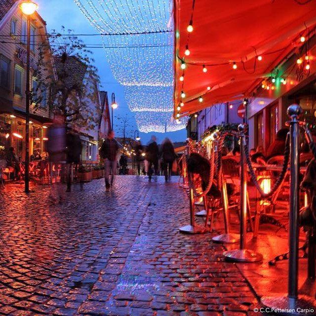 Cozy #fargegaten in Stavanger #regionstavanger this #winter! Love it? Like it! #regionstavanger #visitstavanger #explorestavanger #fjordnorway @fjordnorway #visitnorway #norway #norge  #igstavanger #nrkrogaland #vghelg #reiselyst #aftenbladet #destinationryfylke by regionstavanger