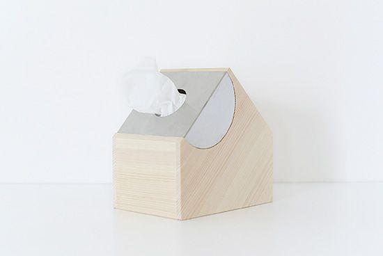 シンプルでかわいい、理想のティッシュケース。気持ちよく長く使える道具がほしい。そんなオーナーの想いから立ち上げられたブランド「mother tool」より、お家のかたちのティッシュケースが届きました!家の屋根部分からでたティッシュが、まるで煙突からもくもくと立ち上がる煙のように見える、なんとも愛らしいデザインです。美しい木目のヒノキ材とステンレスを組み合わせた、シンプルなたたずまいも魅力。いつもお部屋の見えるところに置いておきたくなる、理想のティッシュケースですね。ずっと永く愛せる、一生モノの道具。こちら