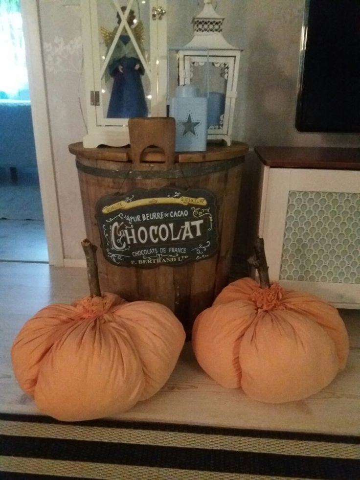 Kurpitsat tehty vanhasta lakanasta, tyynyistä ja kepistä.😊 My halloween diy.