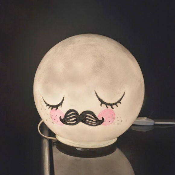 Une veilleuse lune réalisée avec une lampe Ikea