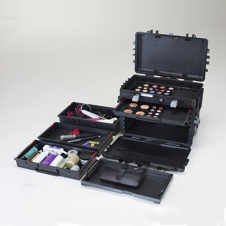 FLY-MAKE UP-BOX. Cantoni for beauty professionals and passionates who love to do makeup and hair-styling everywhere. The trolley Flybox, in polypropylene, is light and dedicated to make- up artist and beauty artist who face long travels. The trolley is thermal, waterproof, anti-corrosive surface, and very very strong. Easy to transport thanks to the 4 silent, strong and self-lubrificating wheels. #makeupbox #flybox #cantoniprofessional