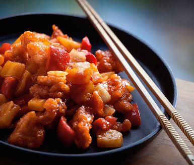 Fisk med sötsur sås är en paradrätt i det kinesiska köket. Detta är ett riktigt höjdarrecept där du får lära dig att göra den berömda sötsura såsen baserad på burkananas, tomatpuré och risvinäger från grunden.