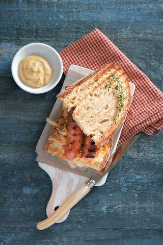 Σάντουιτς με χωριάτικο λουκάνικο και ζεστή λαχανοσαλάτα