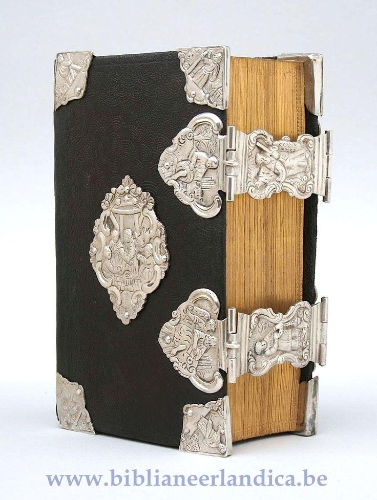 Biblia Neerlandica: BIBLIA (1777) Met Bijbelse taferelen op aanzetstukken, klampen, klamparmen en middenstukken; afbeelding van apostelen op acht hoeken.