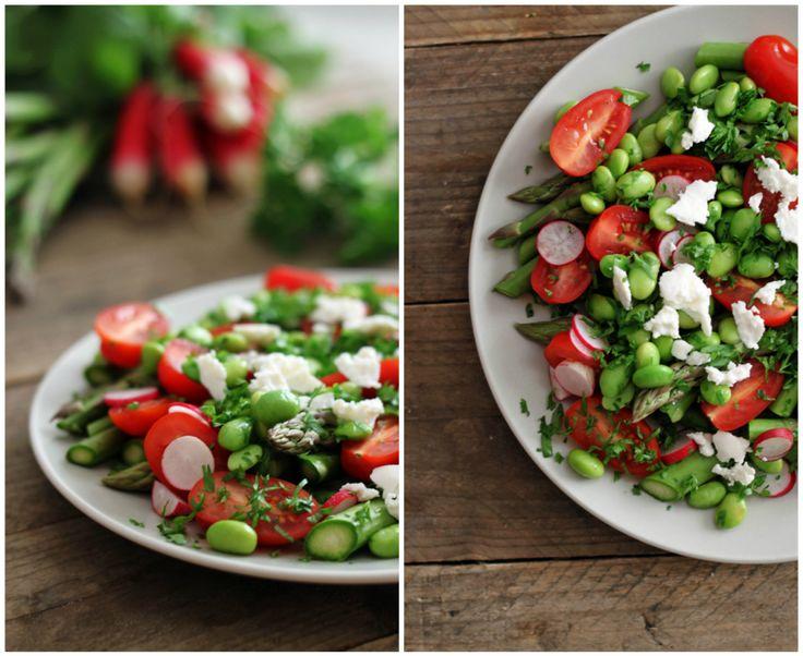 Sommeren er kommet og det betyder salater i alle afskygninger – masser af salater og sprøde grøntsager. Men mens de spæde skud lader vente på sig, må man snuppe noget af det, som allerede har vist sig. I andre lande (; Ej, aspargsen er her endnu og lige om lidt kan du finde radiser, og...Læs Mere