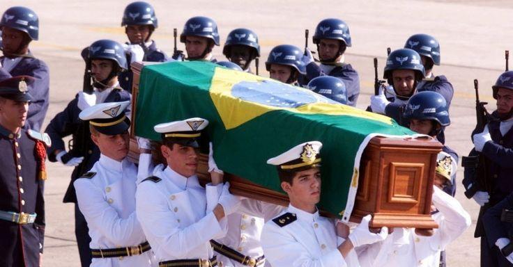 Corpo do diplomata brasileiro Sérgio Vieira de Mello, morto em atentado terrorista à sede da ONU em Bagdá, chega ao aeroporto do Galeão, no Rio de Janeiro. Na época, Vieira de Mello ocupava o cargo de representante do secretário-geral das Nações Unidas no Iraque