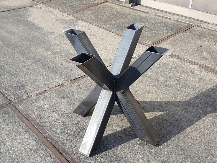 Metalen industriele poot voor een stoere ronde of ovale tafel van De TafelMeesters!