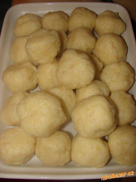 Kulaté bramborové knedlíky 1kg brambor-uvařených ve slupce nejlépe den předem,2vejce,250g hrubé mouky,50g krupice,1,5lžičky soli,1lžička solamylu. POSTUP PŘÍPRAVY Uvařené,oloupané brambory prolisuji,přidám ostatní ingredience,na pomoučeném vále utvořím kulaté knedlíky,vložím do osolené vroucí vody,vařím cca 15minut(občas při vaření promíchnu)..