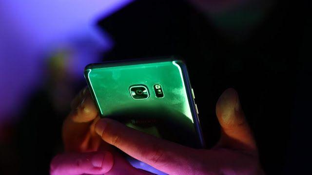 Samsung venderá el Galaxy Note 7 de segunda mano con nueva batería: reporte   La compañía podría cambiar el nombre del dispositivo a Galaxy Note 7S y reducir su explosiva batería para evitar nuevos problemas.  El Note 7 era un teléfono redondo: tenía una pantalla increíble la mejor cámara del mercado y un sistema futurista de reconocimiento de iris. El único problemilla era que podía prenderse fuego por un fallo en su batería. Ahora podría volver a las tiendas con una batería más pequeña…