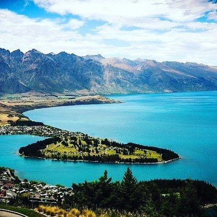 Queenstown Nouvelle-Zélande  : capitale mondiale des sports extrêmes. Un lieu où j'ai pu faire du skydive et du shotover jet à fond dans les cantons pendant mon roadtrip en stop dans l'île du sud. Énorme  #Voyage #Blogvoyage #trip #instatravel #NouvelleZelande #roadtrip #travel #partirloin #amazing http://buff.ly/2jxK1aW
