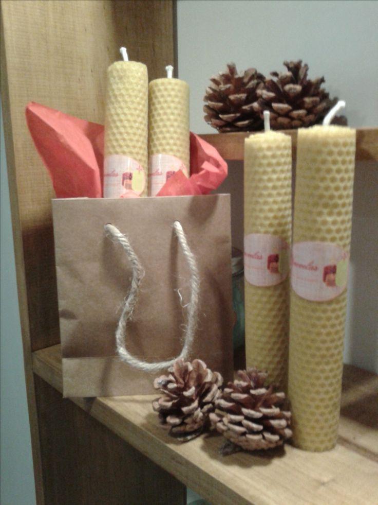 Una vela de cera de abeja desprende un olor, dulce, refrescante, purificante, huele a miel y a dulzura. Para estas navidades los invito a regalar velas cera de abeja.