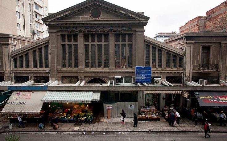 Η εντυπωσιακή πρόσοψη της διατηρητέας Αγοράς Μοδιάνο επί της οδού Βασ. Ηρακλείου διασώζει την επιγραφή «ΚΕΝΤΡΙΚΗ ΣΤΟΑ ΤΡΟΦΙΜΩΝ». Το κτίριο, σχεδιασμένο από τον μηχανικό Ελί Μοδιάνο και τον αρχιτέκτονα Ζακ Ολιφά, εγκαινιάστηκε τον Μάρτιο του 1925. Φωτογραφίες: Αλέξανδρος Αβραμίδης