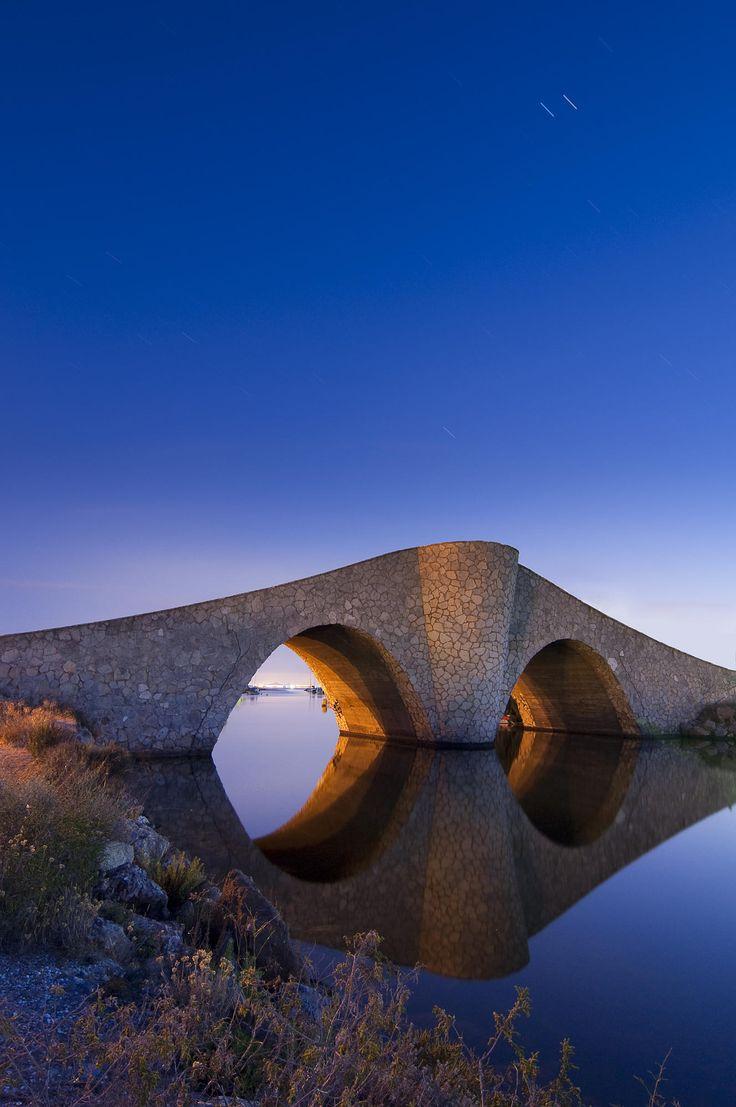 Un bonito reflejo del puente situado al final de La Manga del Mar Menor